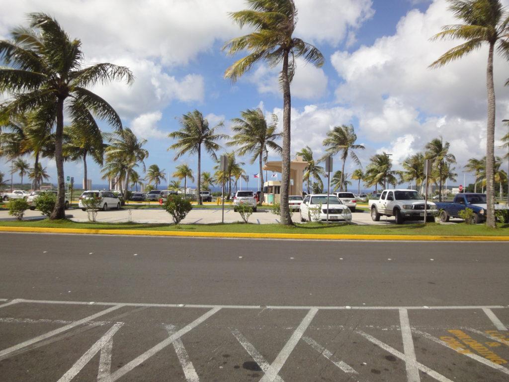 グアム空港の外