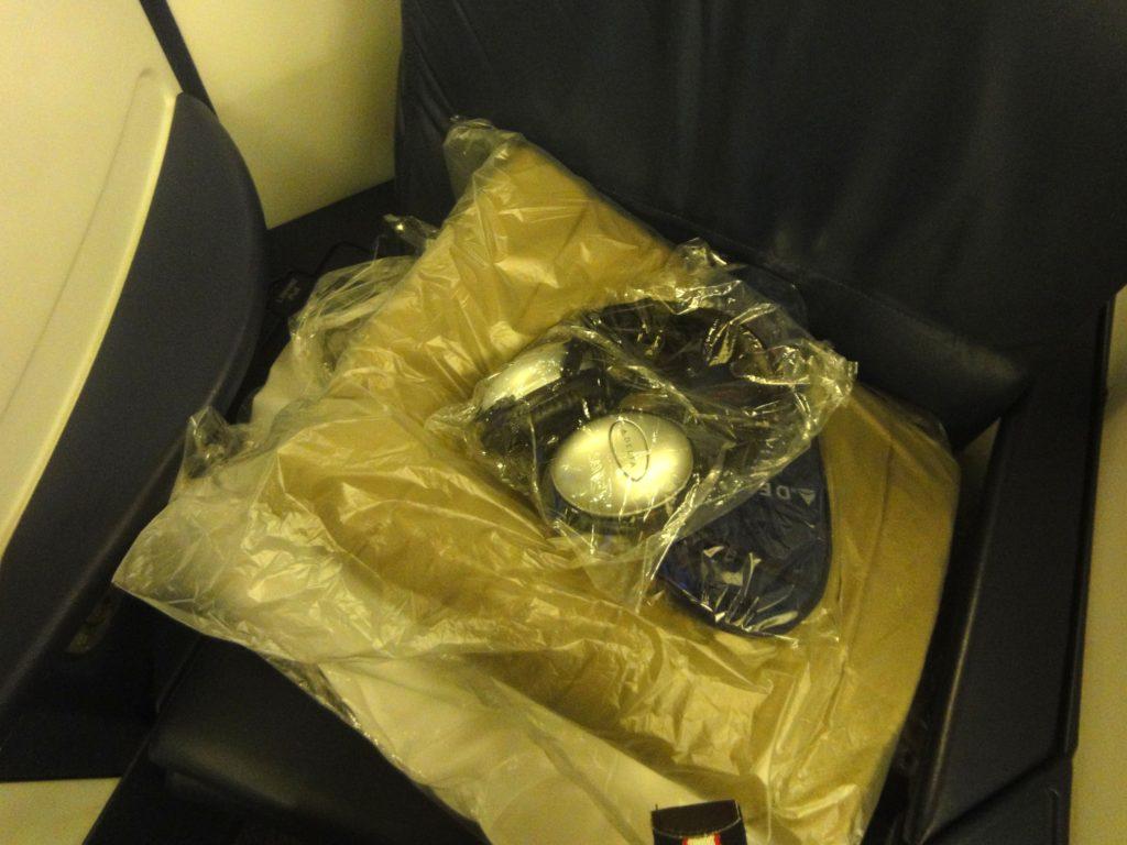 デルタ航空 ビジネスクラスのヘッドホンと毛布と枕