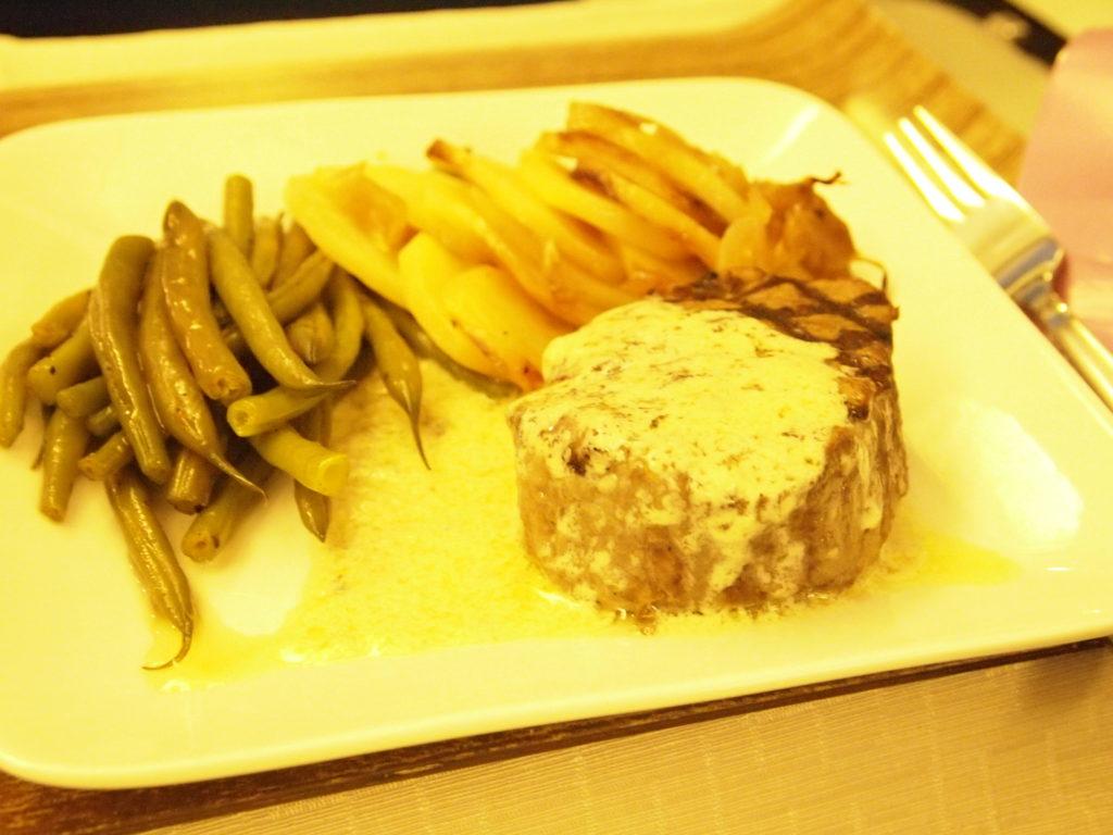デルタ航空 ビジネスクラスの食事 メインのお肉