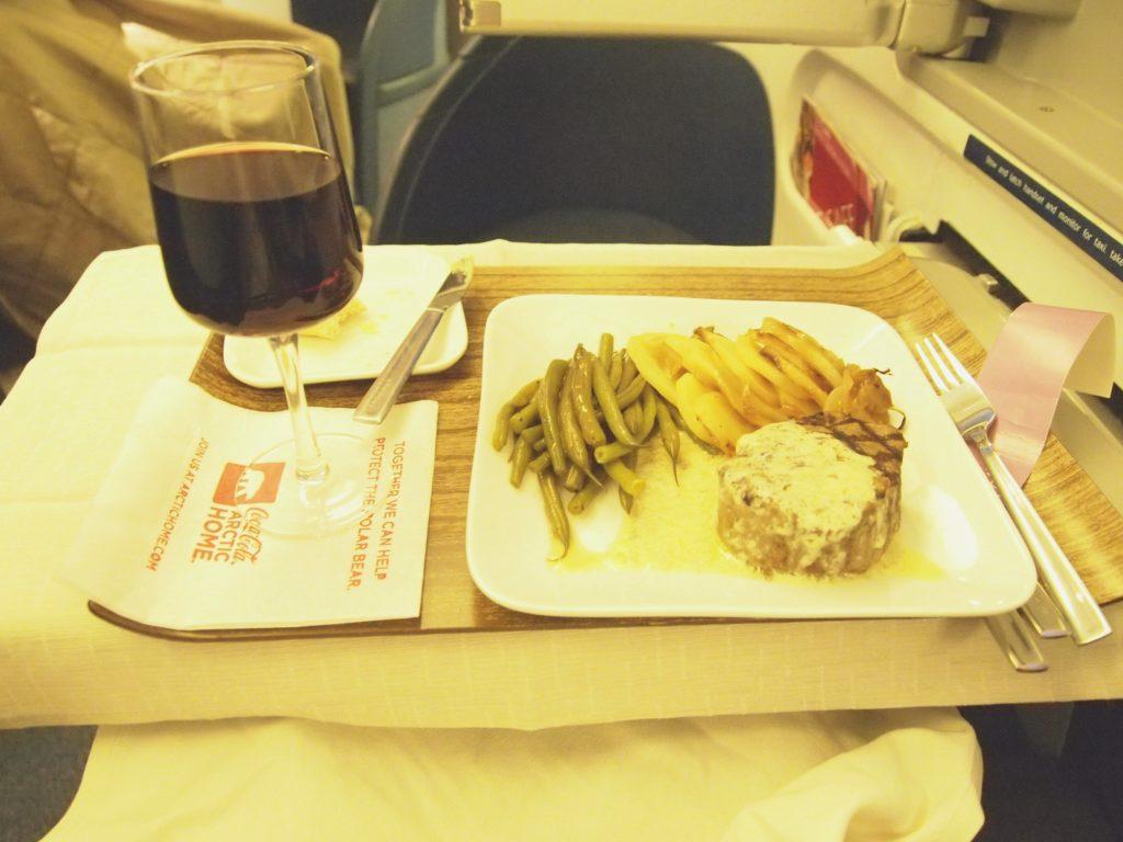 デルタ航空 ビジネスクラスの食事 メインのお肉とワイン