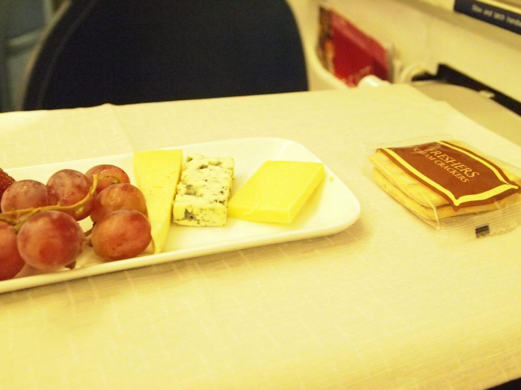 デルタ航空 ビジネスクラスのデザートのチーズ