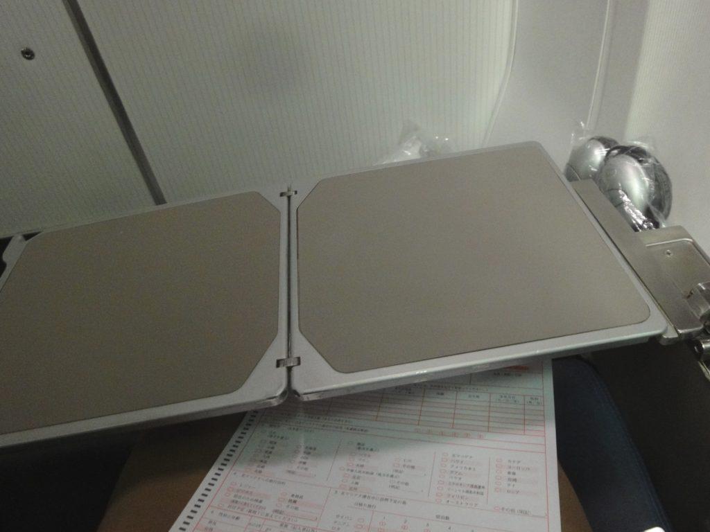 B757 ビジネスクラスのテーブル