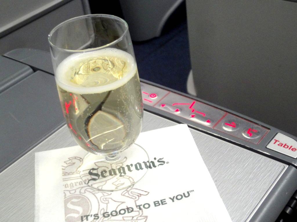 デルタ航空 ビジネスクラス ウエルカムドリンクのシャンパン