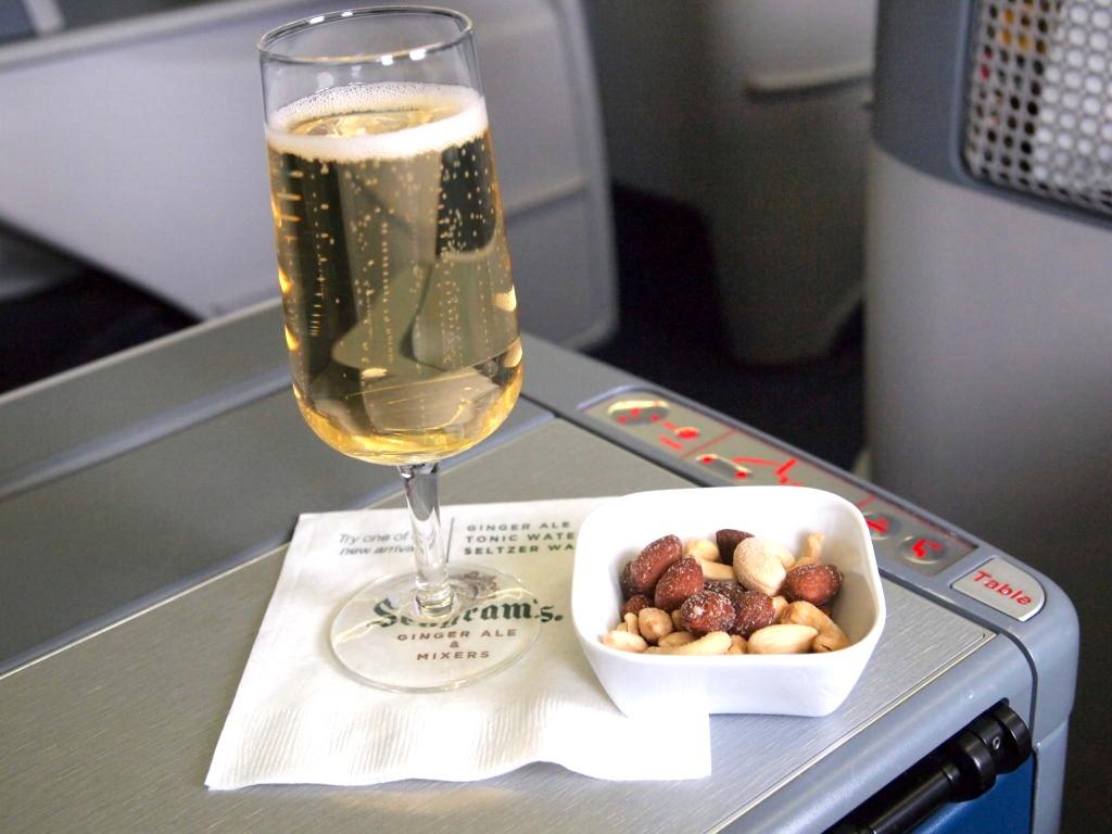 ビジネスクラスのシャンパン