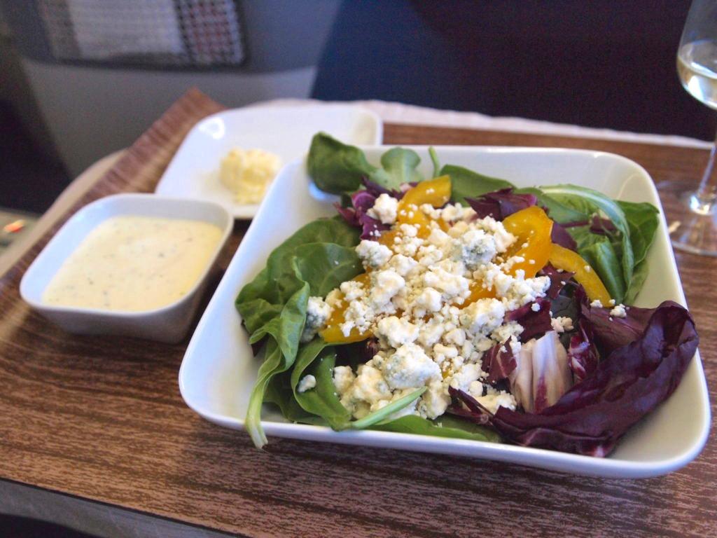 デルタ航空ビジネスクラスの食事コース サラダ