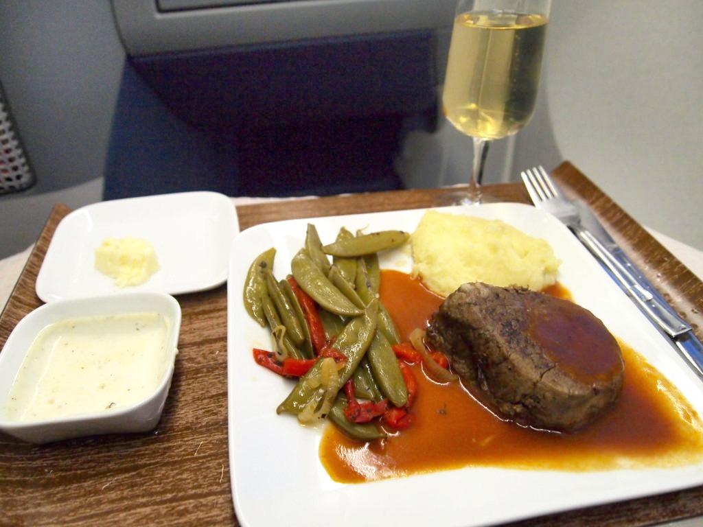 デルタ航空ビジネスクラスの食事コース メインのお肉
