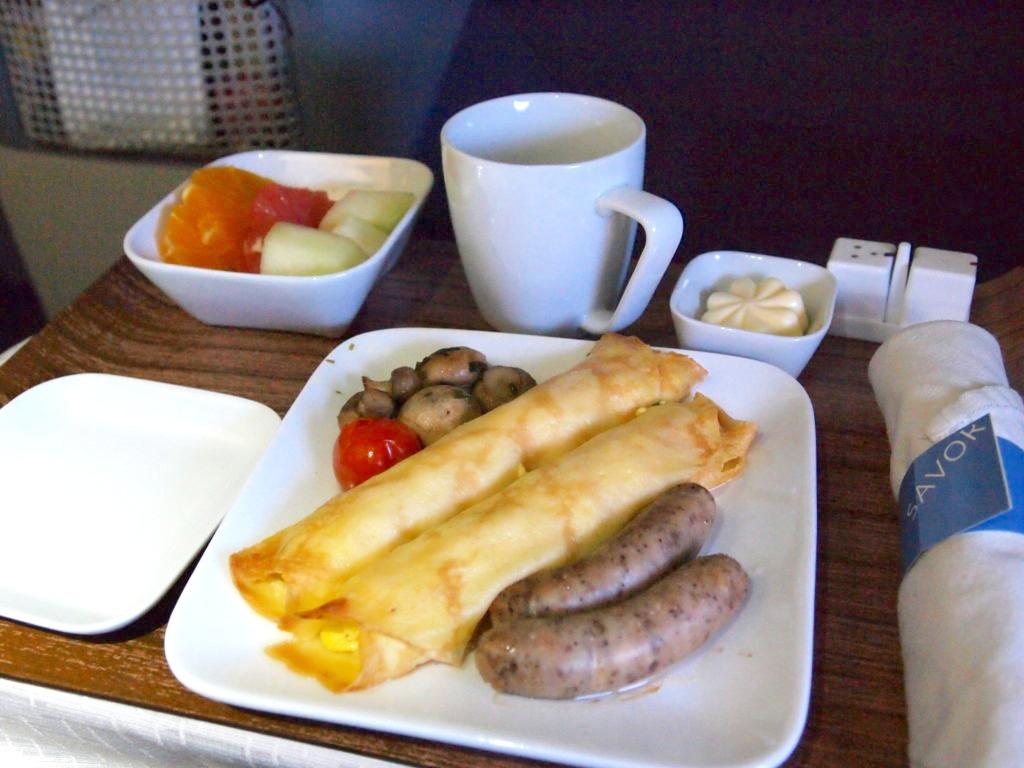 デルタ航空ビジネスクラスの朝食のクレープ