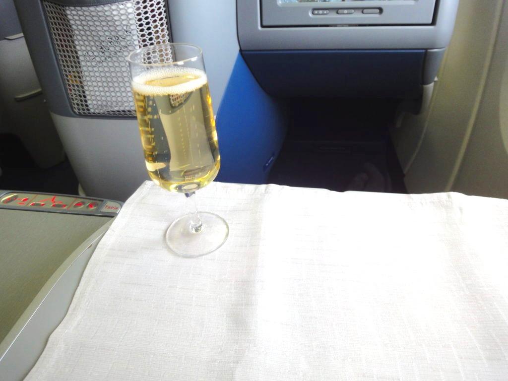 デルタ航空ビジネスクラスの食事前のシャンパン