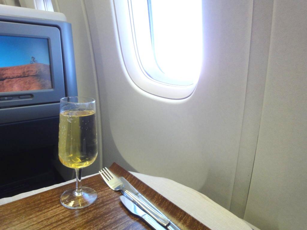 デルタ航空ビジネスクラスの食事前のシャンパン2